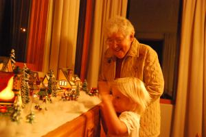 16 - showing nana the lights